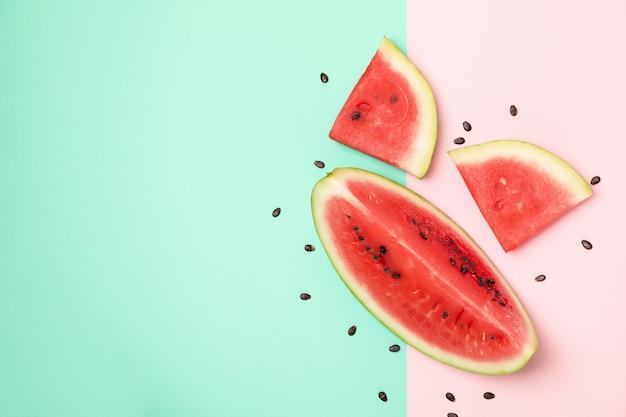 Samenstelling met watermeloen segmenten op twee toon, bovenaanzicht