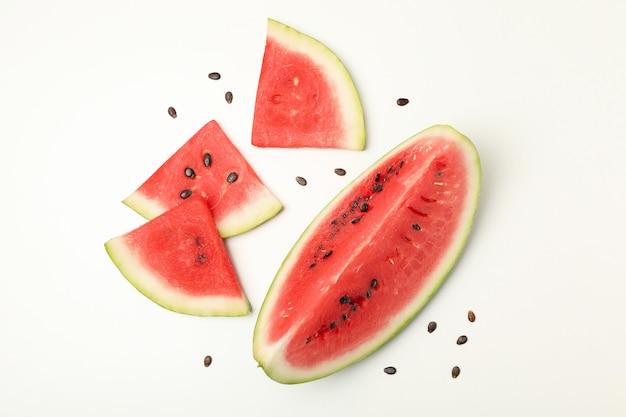 Samenstelling met watermeloen segmenten op wit. zomer fruit