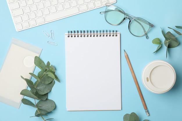 Samenstelling met zakelijke accessoires op blauw. blogger-werkruimte