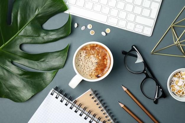 Samenstelling met zakelijke accessoires op zwart. blogger-werkruimte