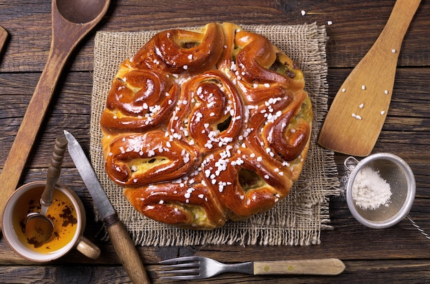 Samenstelling met zoete taart en keukengerei op houten ondergrond, bovenaanzicht