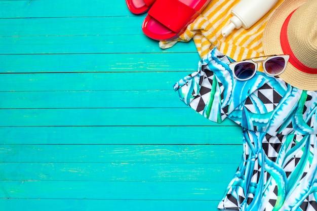 Samenstelling met zwempak op kleuren houten achtergrond