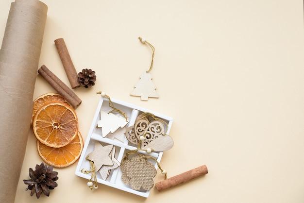 Samenstelling plat leggen milieuvriendelijke kerst en nul afval kerstboomspeelgoed gemaakt van natuurlijk hout