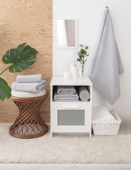 Samenstelling van badstof handdoeken en badkameraccessoires in interieur.
