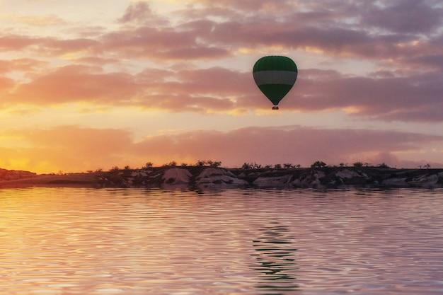 Samenstelling van ballonnen over water en valleien