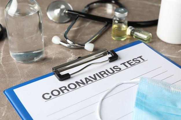 Samenstelling van beschermende middelen tegen coronavirus op bruine achtergrond, close-up. gezondheidszorg en medisch concept