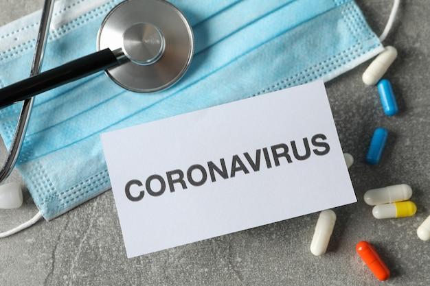 Samenstelling van beschermende middelen tegen coronavirus op grijs, bovenaanzicht.