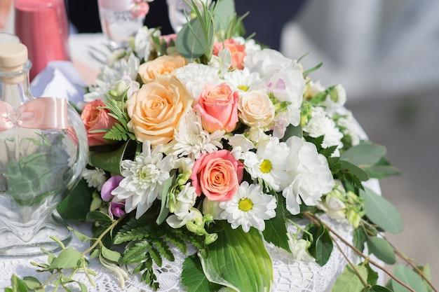 Samenstelling van bloemen op de tafel van de huwelijksceremonie