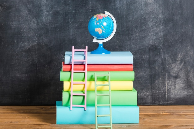Samenstelling van boeken en globe