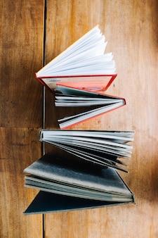 Samenstelling van boeken op tafel