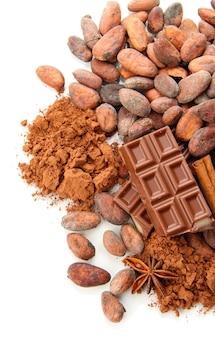 Samenstelling van chocoladesnoepjes, cacao en specerijen, geïsoleerd op wit