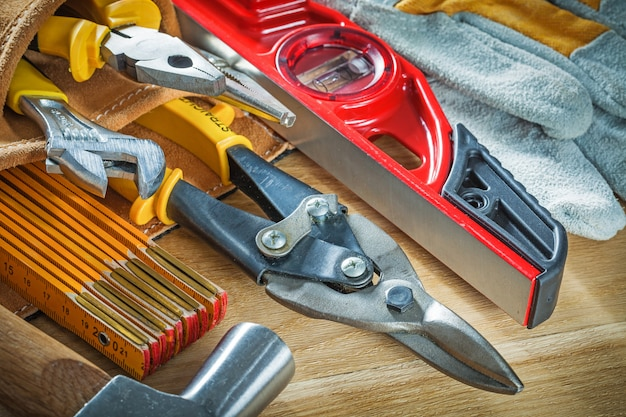 Samenstelling van constructie tooling in toolbelt op houten bord