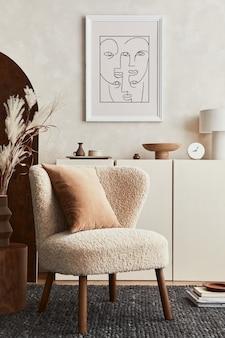 Samenstelling van creatief woonkamerinterieur met mock-up posterframe, pluizige fauteuil, kamerscherm, salontafel, commode en persoonlijke accessoires. moderne stijl. sjabloon.