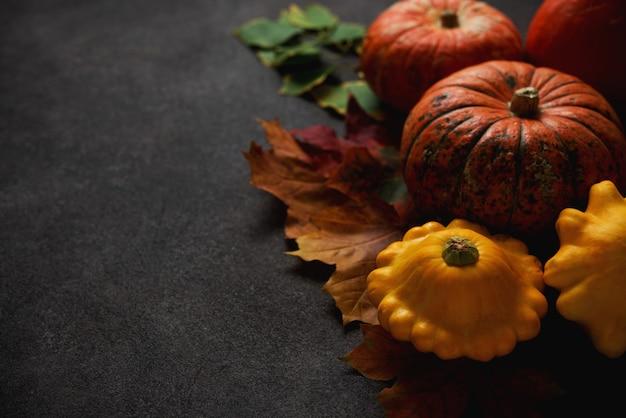 Samenstelling van de herfst met pompoen en gevallen bladeren