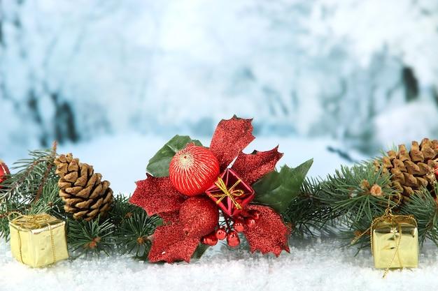Samenstelling van de kerstversiering op lichte winterachtergrond