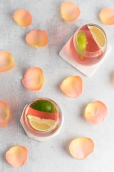 Samenstelling van dranken met limoen en bloemblaadjes