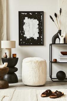 Samenstelling van een gezellig woonkamerinterieur met mock-up posterframe, poef, commode en persoonlijke accessoires. moderne klassieke stijl. sjabloon.