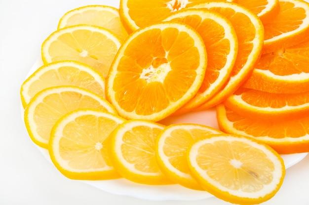 Samenstelling van een stapel van sappige stukjes sinaasappel en citroen