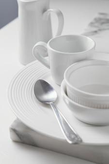 Samenstelling van elegant vaatwerk op tafel