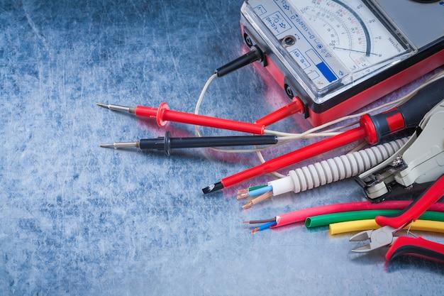 Samenstelling van elektrische artikelen op metalen achtergrond close-up