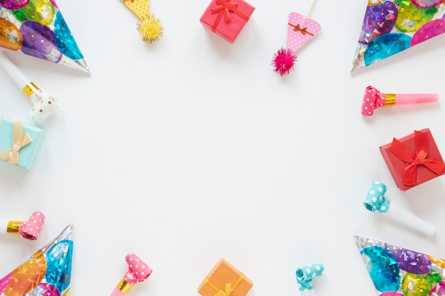 Samenstelling van feestelijke verjaardagspunten met kopie ruimte