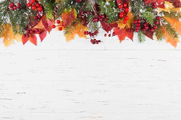 Samenstelling van gebladerte en dennentakken met decoratieve sneeuw