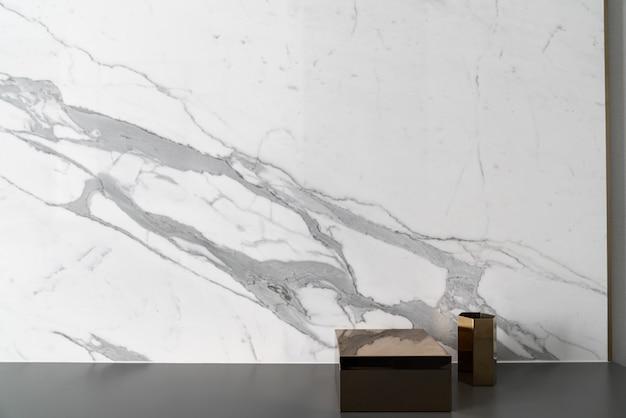 Samenstelling van gouden zeshoek en rechthoekige roestvrijstalen spiegel met wit marmer