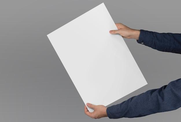 Samenstelling van handen die een grootformaat poster vasthouden