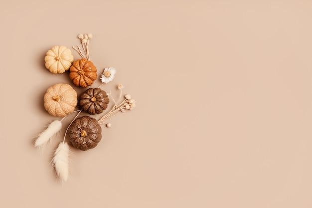 Samenstelling van handgemaakte gipspompoenen. herfst seizoensgebonden vakantie achtergrond in natuurlijke kleuren. diy ambachtelijke gipspompoenen voor helloween, thanksgiving, herfstdecoratie