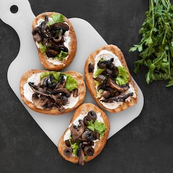Samenstelling van heerlijke broodjes op wit bord