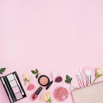 Samenstelling van het bovenaanzicht van verschillende cosmetica met kopie ruimte