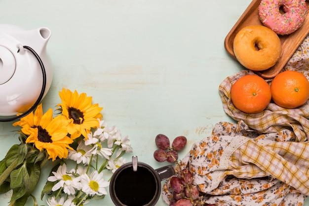 Samenstelling van het ontbijt met bloemen