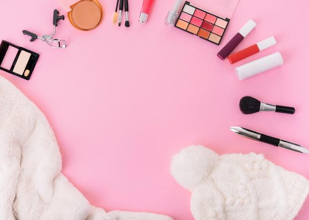 Samenstelling van hoed met cosmetica op tafel