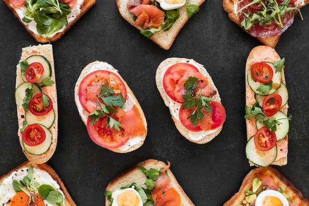 Samenstelling van hoogste mening de gezonde sandwiches op zwarte achtergrond