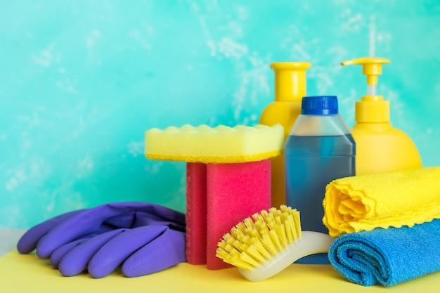 Samenstelling van hulpmiddelen voor het schoonmaken van huizen op witte achtergrond. vuil en stof voor huishoudelijk werk