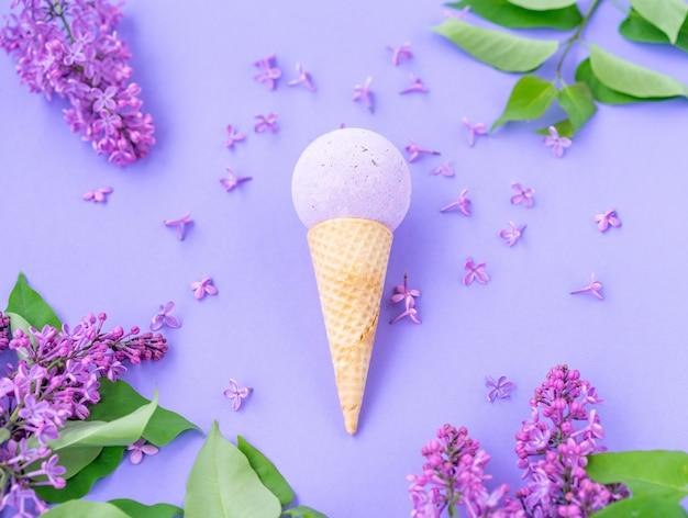 Samenstelling van ijsje met bad bal en bloemen met bladeren