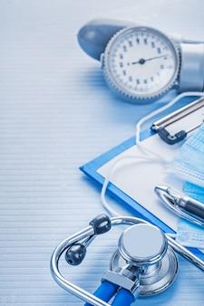 Samenstelling van instrumenten bloeddrukmeter stethoscoop klembord
