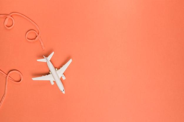 Samenstelling van katoenen luchtvaartlijn achter stuk speelgoed straal