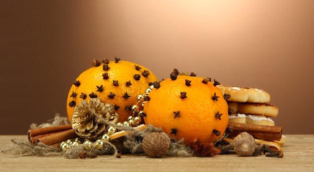 Samenstelling van kerstkruiden en mandarijnen, op houten tafel