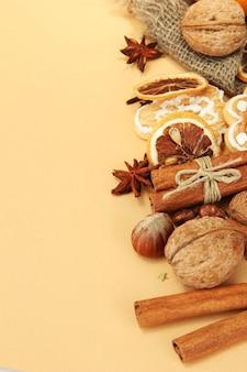 Samenstelling van kerstkruiden, op beige achtergrond