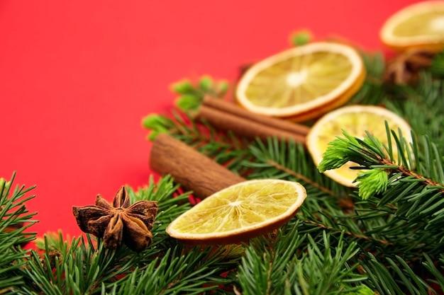 Samenstelling van kerstmis en nieuwjaar met droge sinaasappelen, kruiden en sparren takken