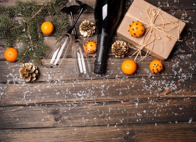 Samenstelling van kerstmis of nieuwjaar met mandarijnen en champagne
