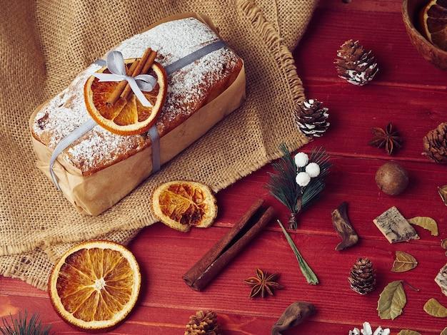 Samenstelling van kerstmiscake met sinaasappel en kaneel