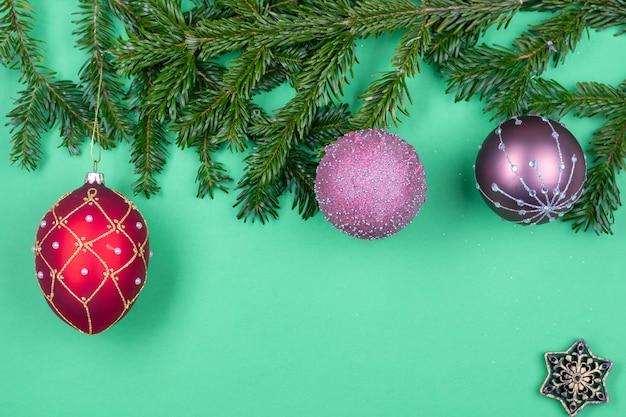 Samenstelling van kerstversieringen op fir tree takken geïsoleerd