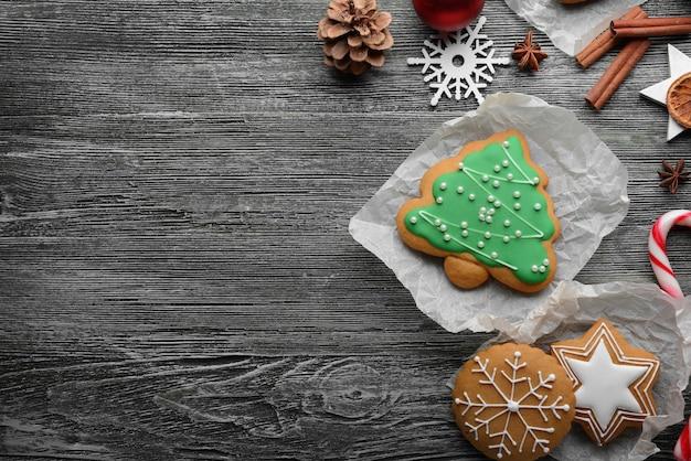 Samenstelling van koekjes en kerstdecor op houten tafel