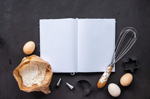 Samenstelling van kooktoestellen en ingrediënten, donkere achtergrond