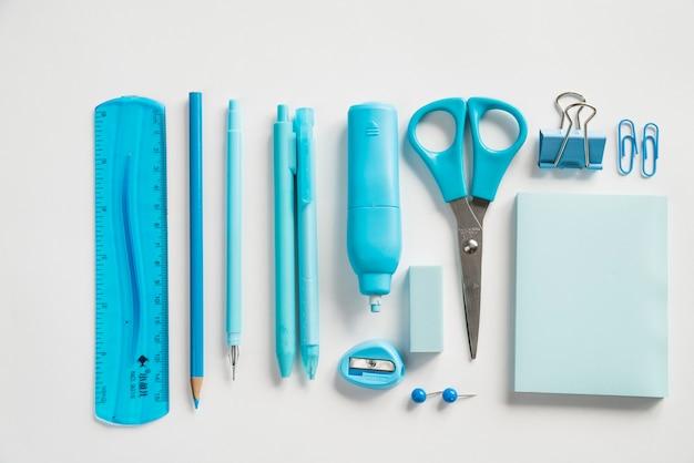 Samenstelling van liniaal potlood pennen markeerstift en andere gereedschappen voor briefpapier