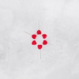 Samenstelling van lolly's in de vorm van een hart op stokken