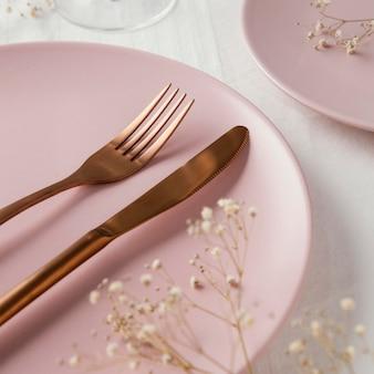 Samenstelling van mooi serviesgoed op tafel
