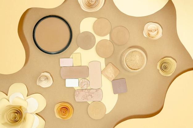 Samenstelling van naaktcosmetica op beige achtergrond